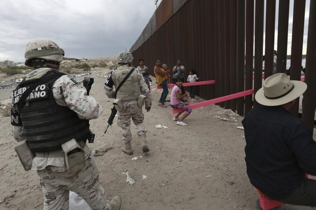 Os soldados - de ambos os lados - não tentaram impedir a montagem da gangorra, contou o arquiteto Ronald Rael. — Foto: Christian Chavez/AP