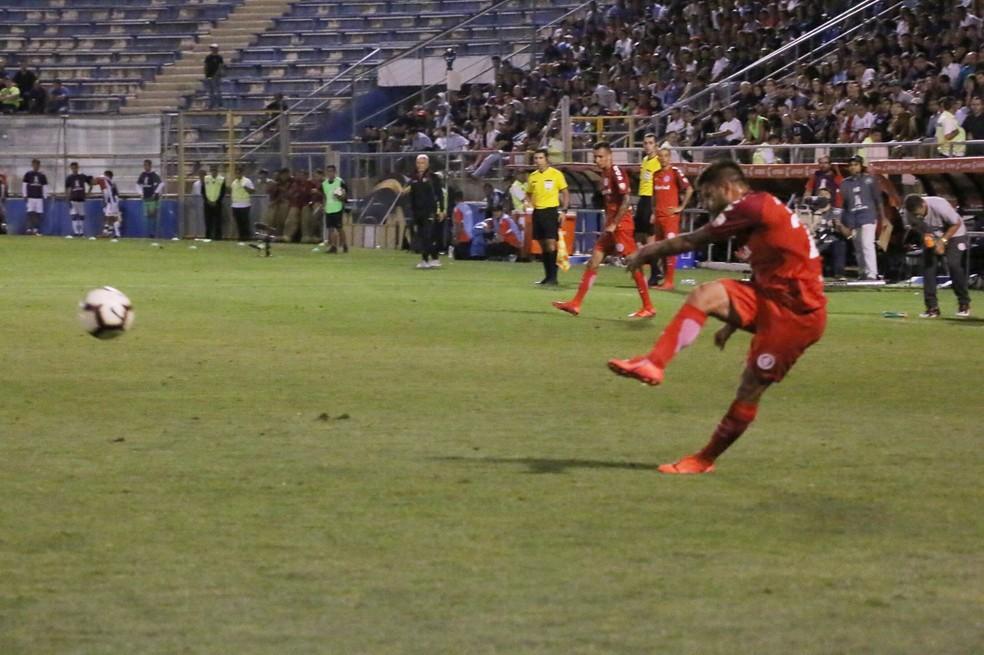 Momento exato da cobrança de Sobis que resultou no gol — Foto: Eduardo Deconto / GloboEsporte.com