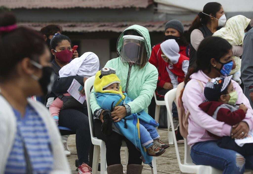 Peru proíbe reuniões familiares e restabelece toque de recolher aos domingos para conter avanço da Covid