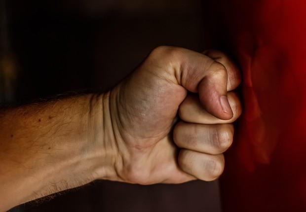 Mão fechada em gesto de raiva (Foto: Pexels)