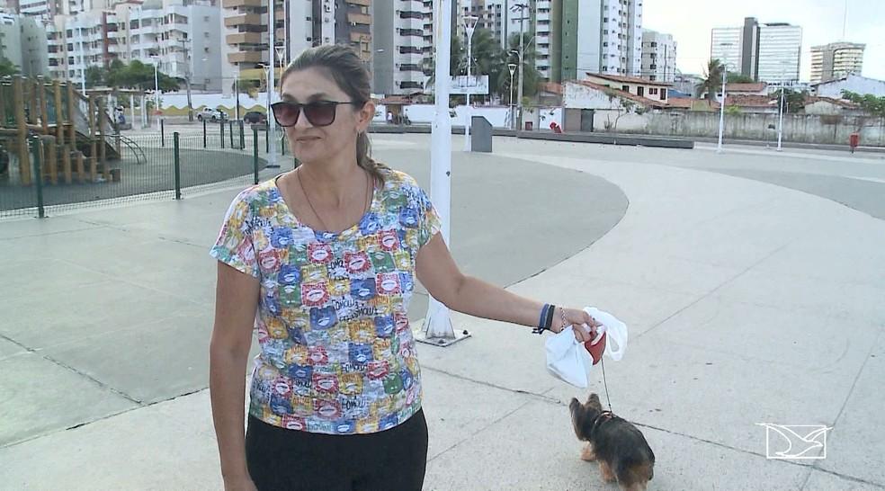 Carla sempre coloca coleira na Maya para se sentir mais segura com a cachorrinha. (Foto: Reprodução/TV Mirante)