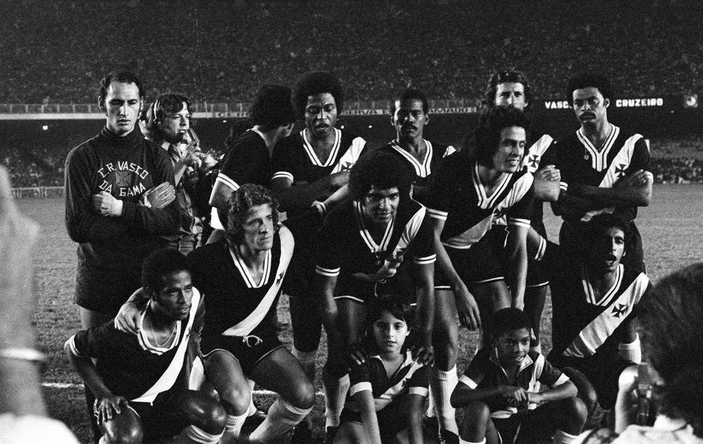 Jorginho Carvoeiro é o primeiro agachado, da esquerda para a direita, nesta foto de 1974, ano do primeiro título brasileiro do Vasco (Foto: Agência Estado)