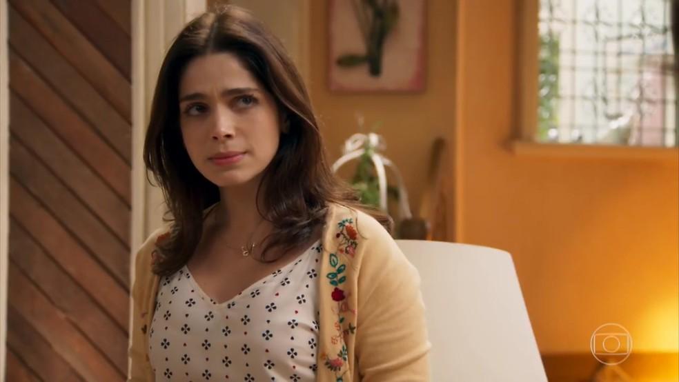 Shirlei (Sabrina Petraglia) suspeita que Carmela (Chandelly Braz) tenha armado sua humilhação - 'Haja Coração' — Foto: Globo