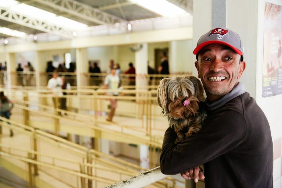 Ricardo foi votar acompanhado do cão Eros — Foto: Diorgenes Pandini/ NSC Comunicação
