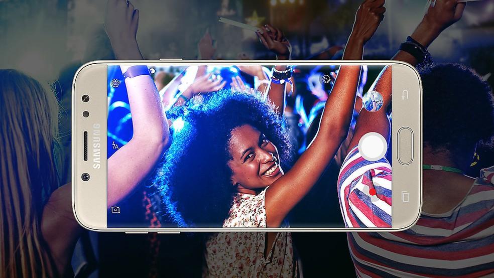 Galaxy J7 Pro tem design com botão físico e tela menos comprida — Foto: Divulgação/Samsung