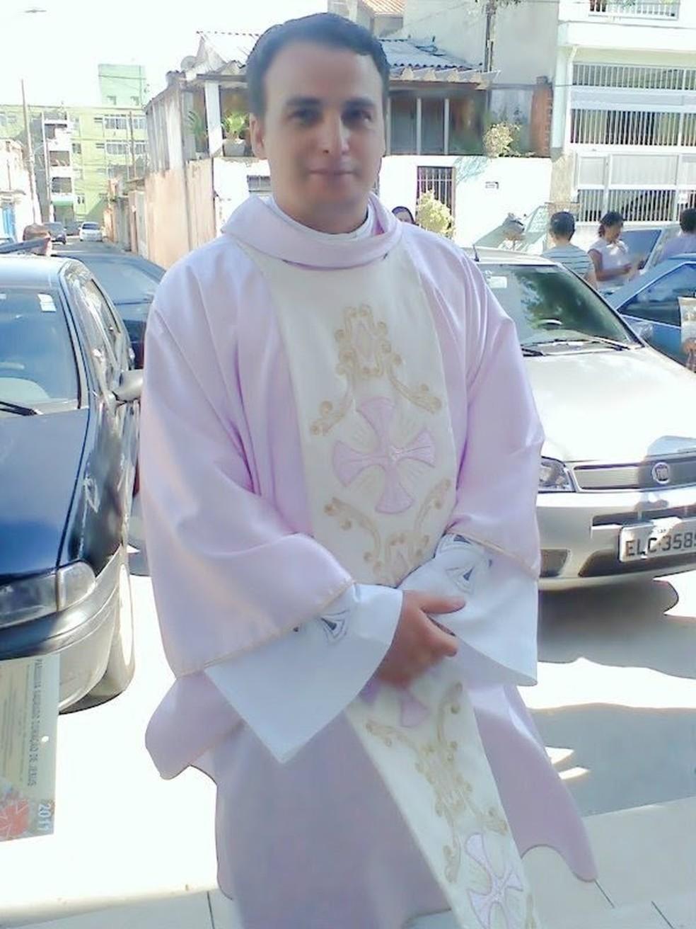 Padre Anderson de Moraes Domingues, de 43 anos, foi preso em flagrante em Guarujá (SP) acusado de estupro — Foto: G1 Santos