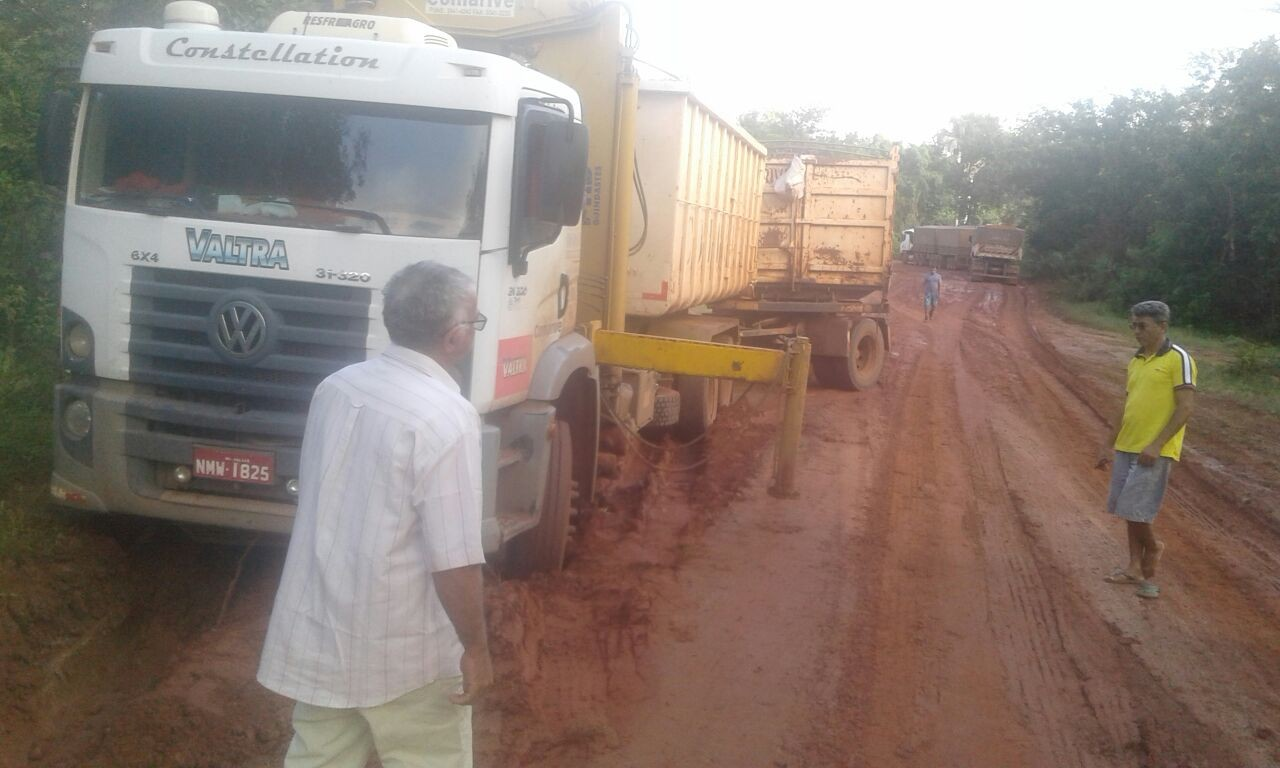 Caminhões atolam em rodovia no Sul do Piauí e produtores relatam prejuízo