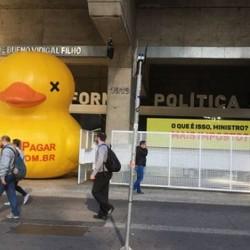 Pato inflável volta à fachada da Fiesp