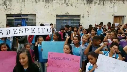 Professores e alunos fazem manifestação após parte do teto de escola desabar em Botumirim