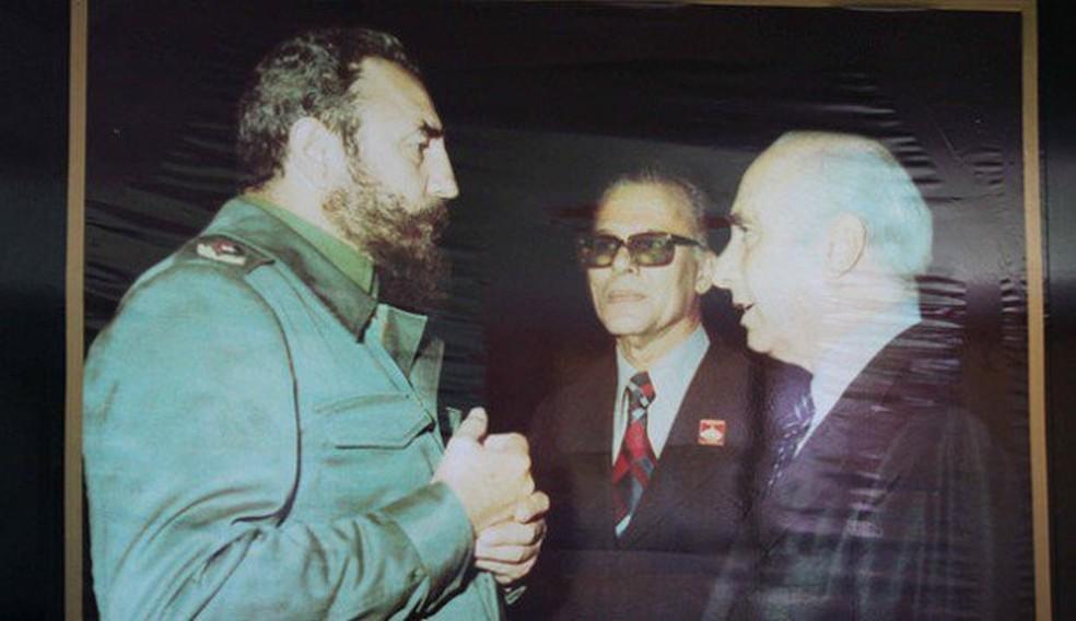 Já idoso, Fangio foi recebido em Cuba por Fidel Castro e reencontrou Faustino Perez, um de seus sequestradores (Foto: Reprodução)