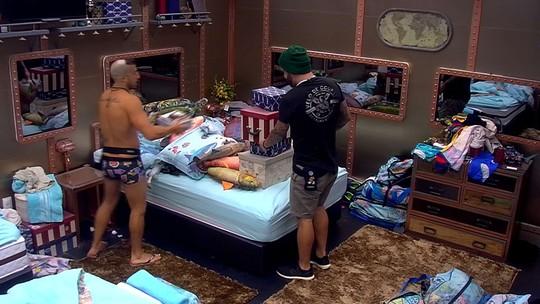 Kaysar e Caruso empilham caixas e almofadas na cama de casal do Quarto Submarino