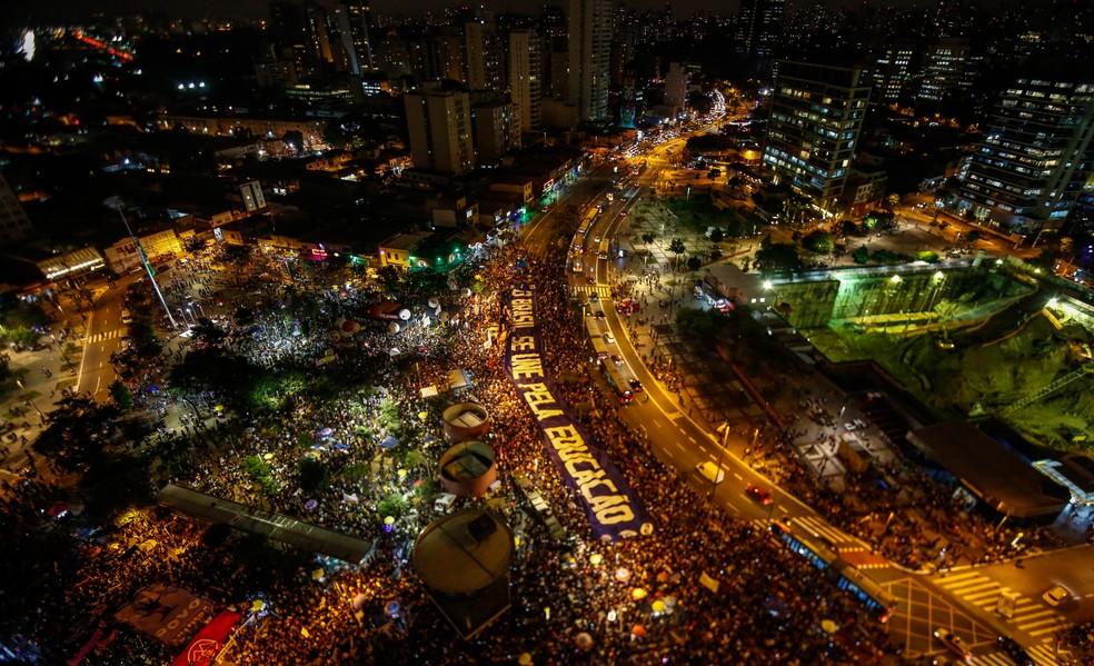 Foto aérea mostra multidão durante protesto no Largo da Batata, em São Paulo, contra os cortes de verba na educação anunciados pelo governo do presidente Jair Bolsonaro — Foto: Miguel Schincariol/AFP