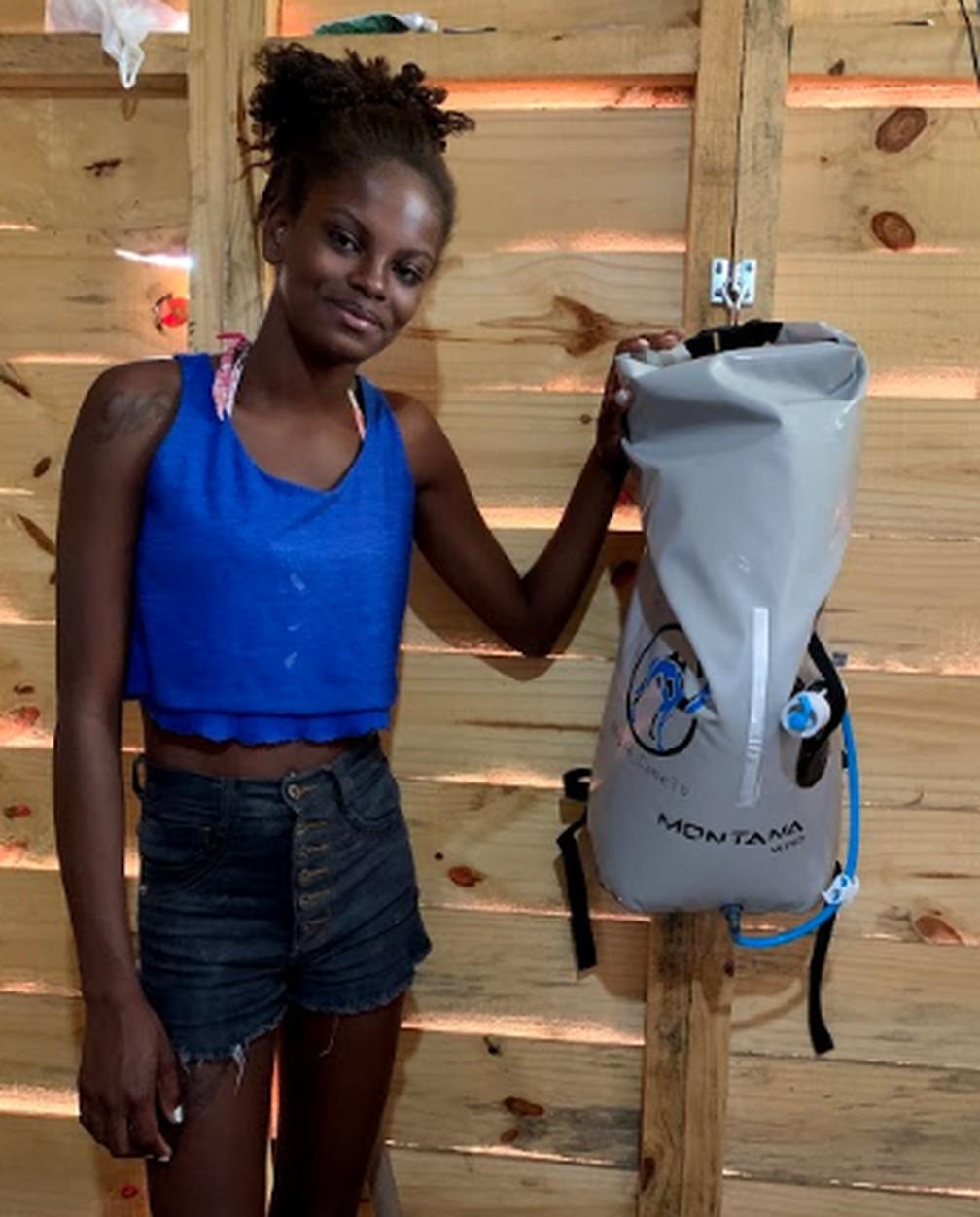 Moradora de Jardim Gramacho elogia equipamento que filtra água  — Foto: Divulgação/Água Camelo
