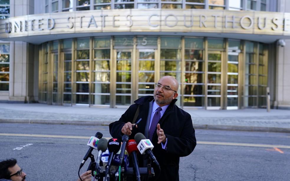 Eduardo Balarezo, advogado de defesa de Joaquin 'El Chapo' Guzman, fala a jornalistas do lado de fora da corte distrital dos Estados Unidos no Brooklyn, em Nova York, em 30 de outubro — Foto: Reuters/Carlo Allegri
