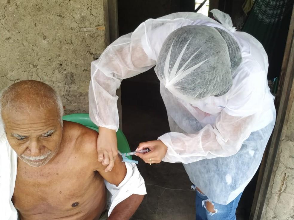 Manoel Tomé de Oliveira, de 76 anos, recebeu a segunda dose da vacina contra a Covid-19. — Foto: Arquivo pessoal