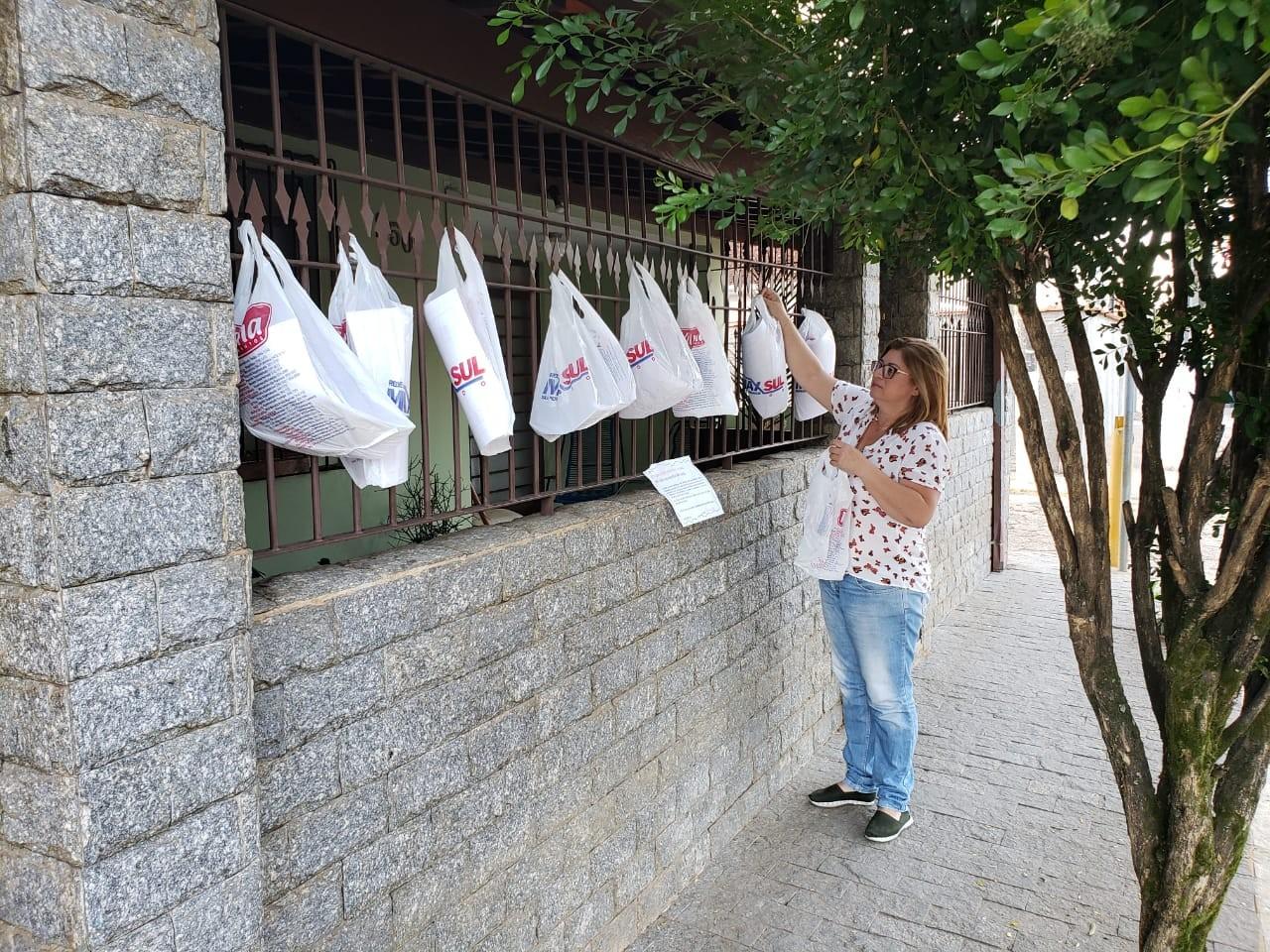 Andréia Machado, professora da cidade de Piranguinho, em Minas Gerais, dispõe sacolas com exercícios para seus alunos quinzenalmente (Foto: Arquivo pessoal)