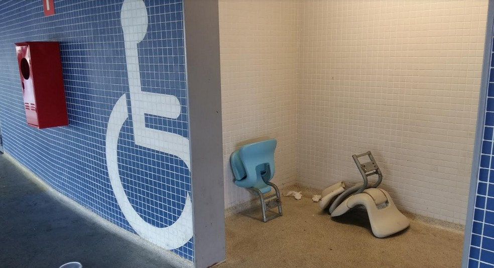 Cadeiras das arquibancadas apareceram nos banheiros (Foto: Ronald Lincoln Junior)