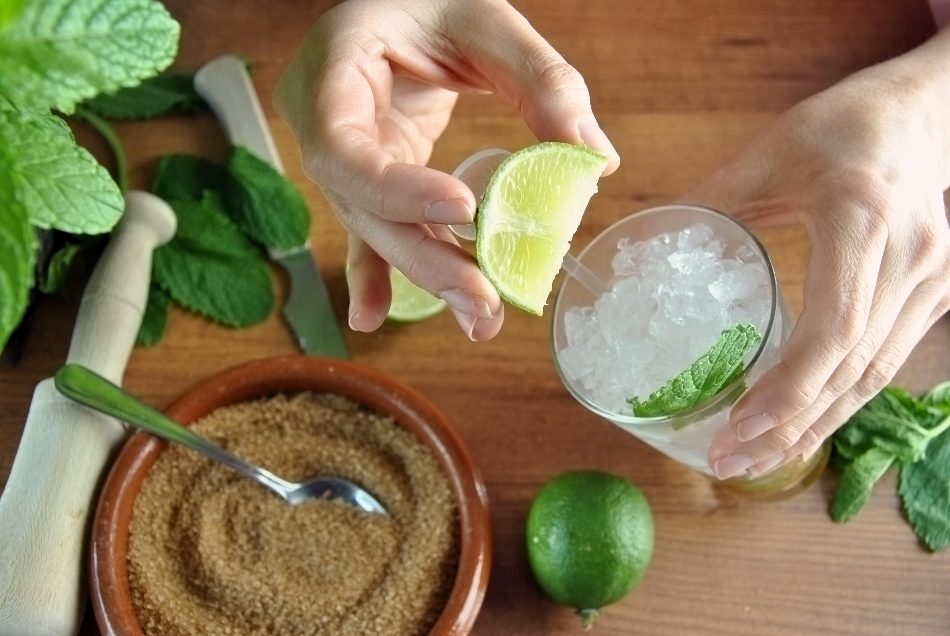 A dica do bartender Maurício Muñoz é combinar uma fruta com ervas e canela (Foto: Thinkstock)