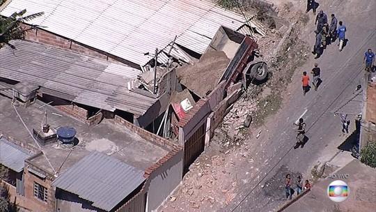 Caminhão invade casa em Sabará, na Grande BH