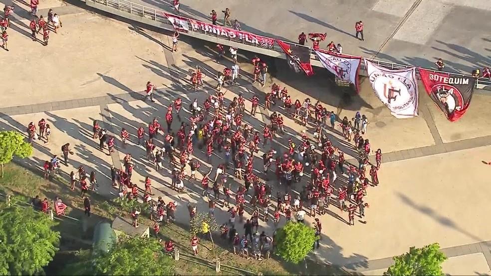 Torcedores se reúnem no Maracanã no fim da tarde deste sábado  — Foto: Reprodução/TV Globo
