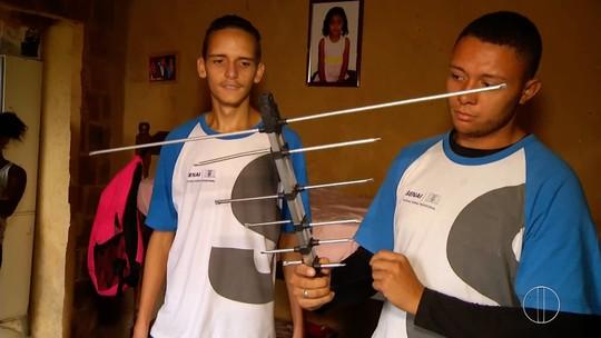 Agentes da 'Patrulha Digital' visitam moradores de Petrópolis, RJ, e ensinam a instalar o kit digital