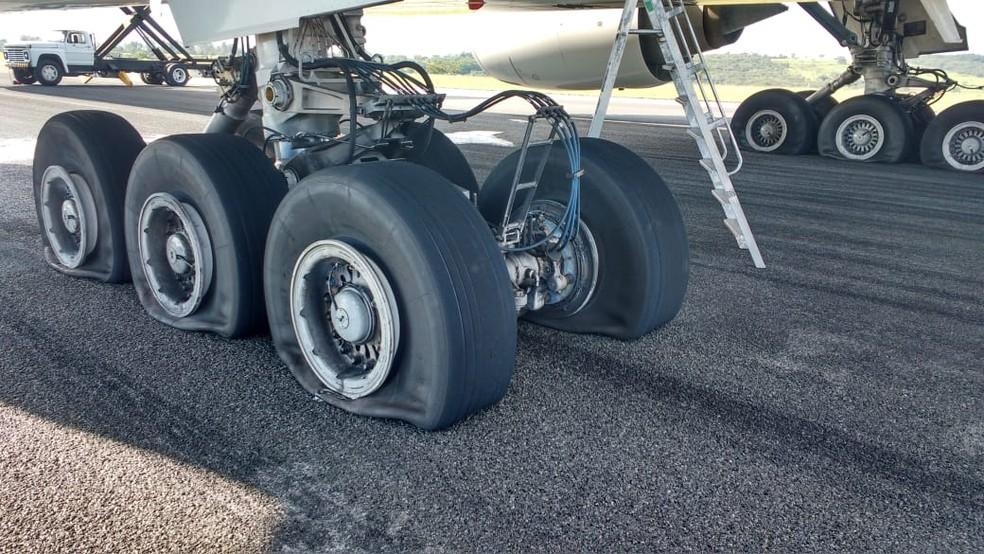 Pneus do avião da TAM que fez pouso de emergência em Confins — Foto: Reprodução