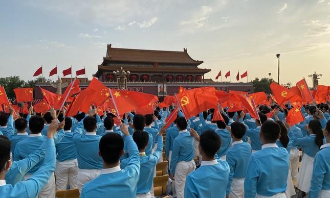 Ensaio geral: antes da festa, estudantes treinam o movimento de bandeiras para saudar o presidente Xi Jinping, diante da Cidade Proibida