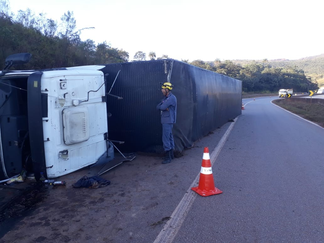 Carreta capota na Fernão Dias e motorista fica preso nas ferragens