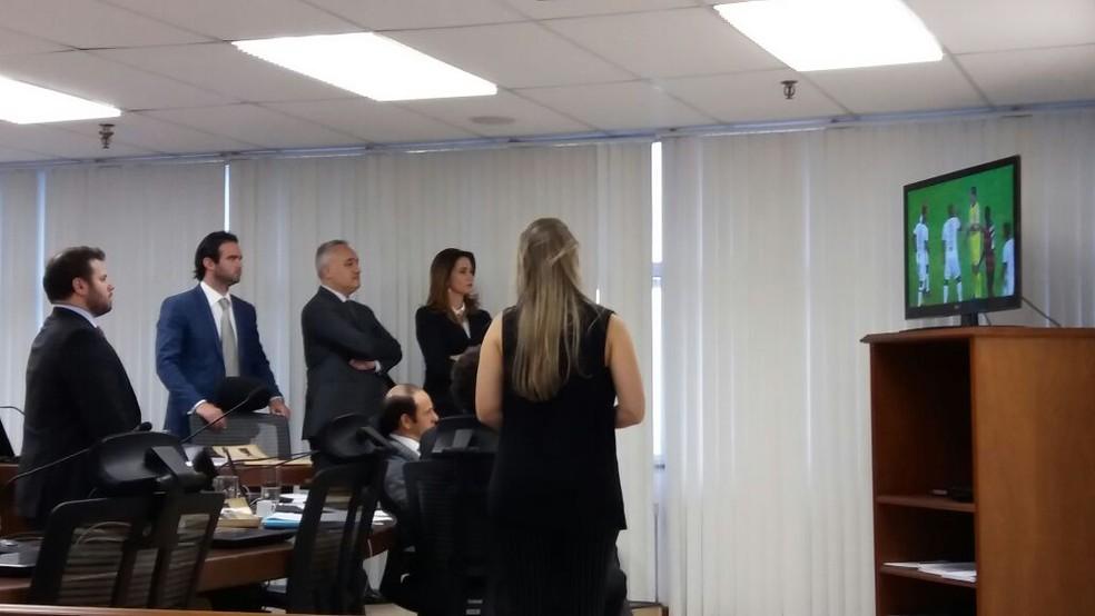 Auditores assistem imagens da confusão em Campinas (Foto: Gustavo Biano / EPTV)