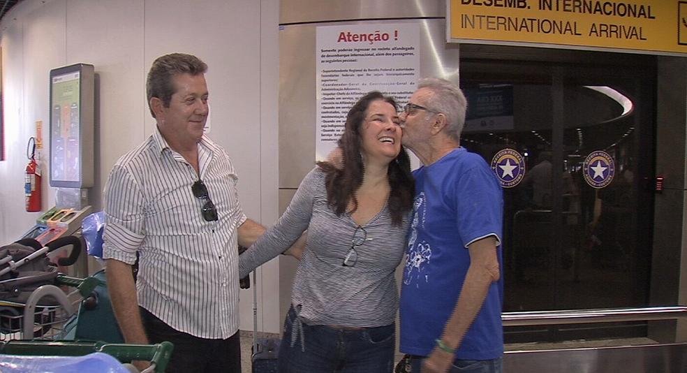 Bosco (a direita) reencontra filha, que estava em Miami a trabalho. (Foto: Reprodução/TV Verdes Mares)