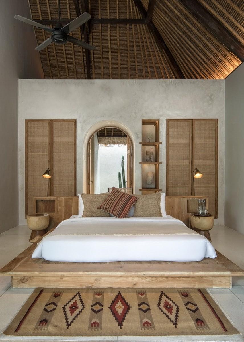 Décor do dia: quarto de casal com móveis de madeira e palhinha