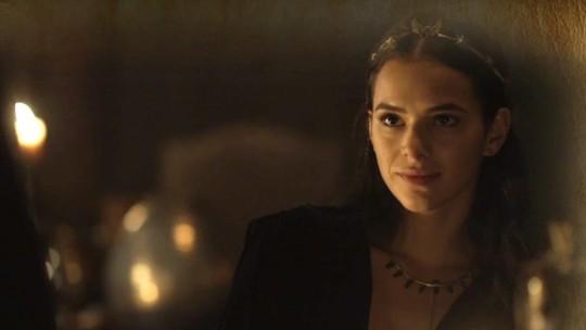 Catarina ordena que Diana entregue 'presentinho' a Constantino