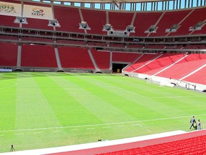 Campo do Estádio Nacional Mané Garrincha, em Brasília, visto da arquibancada. Arena foi inaugurada na manhã deste sábado (18) pela presidente Dilma Rousseff e o governador do Distrito Federal, Agnelo Queiroz (Foto: Lucas Nanini/G1)