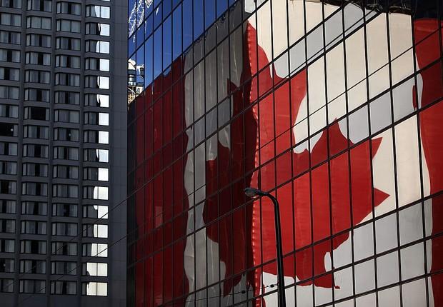 Bandeira do Canadá refletida em prédio de Vancouver  (Foto: Christopher Furlong/Getty Images)