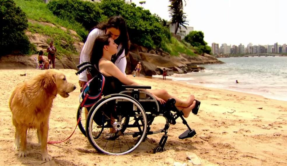 Laís Souza aproveita a praia na companhia da namorada Paula e do cão Skank — Foto: Arquivo Globo Esporte