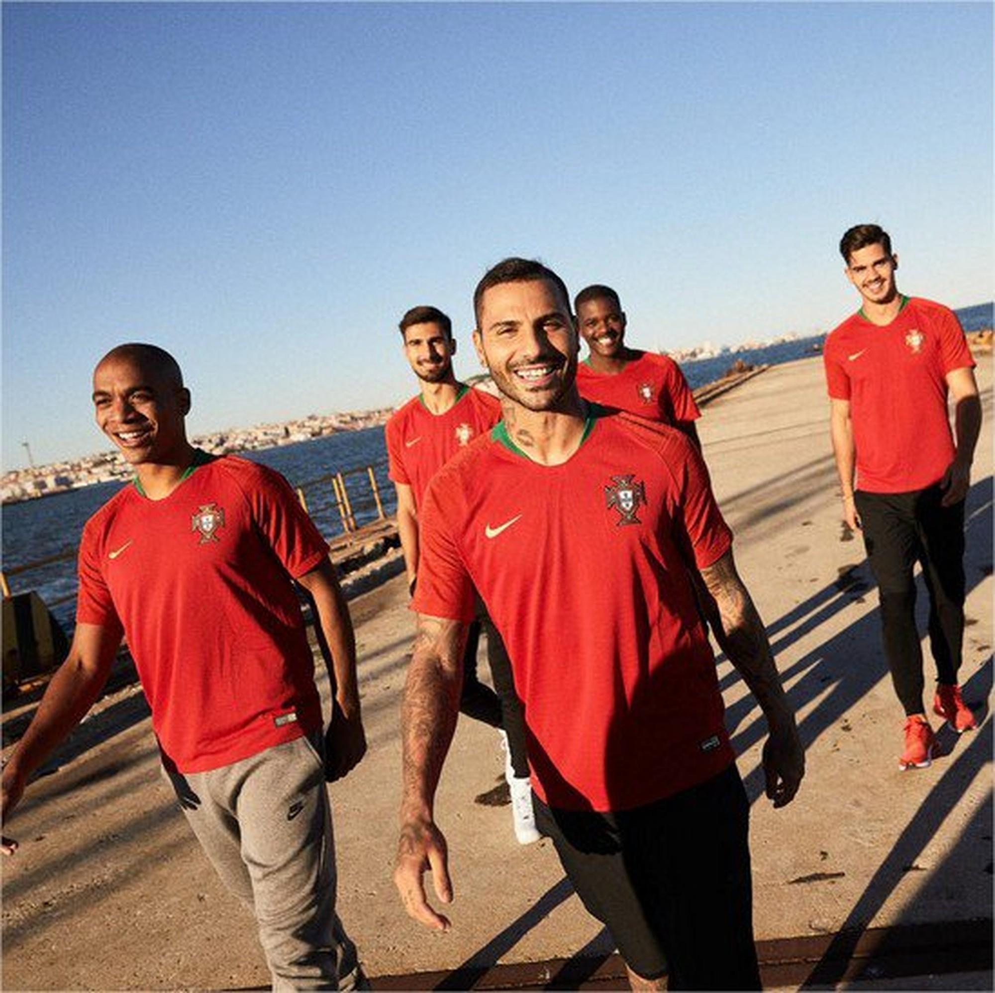 João Mário, André Gomes, William Carvalho, Ricardo Quaresma et André Silva posent avec le nouveaux maillot du Portugal (Photo: Divulga / Nike)