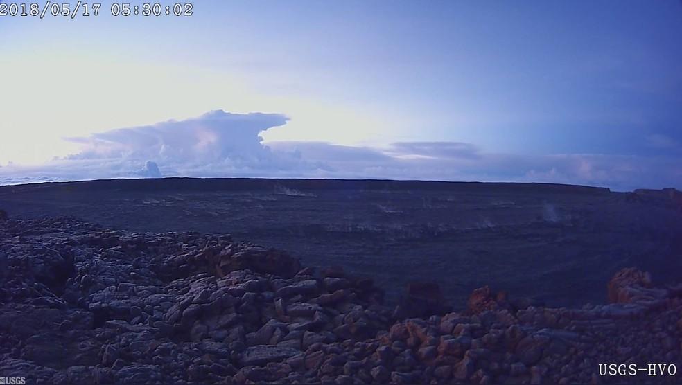 Imagem do Serviço Geológico americano mostra fumaça sobre o Kilauea nesta quinta (Foto: Reprodução/Twitter/USGS_volcanoes)