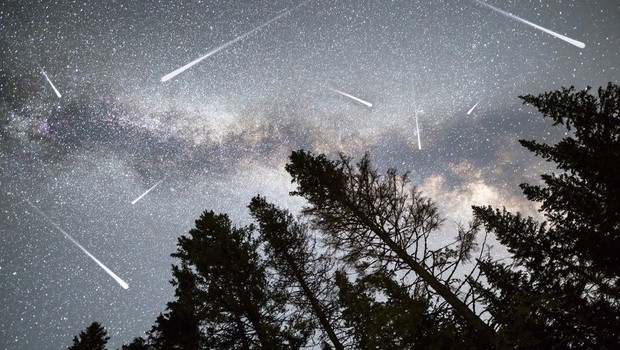 As Perseidas ficam visíveis no começo de agosto, com pico na madrugada do dia 12 para o dia 13 (Foto: Getty Images via BBC)