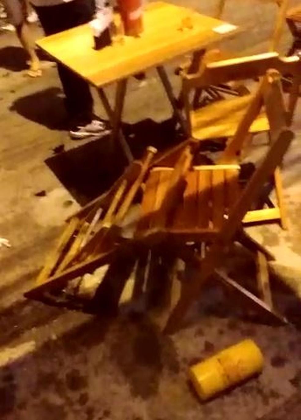 Tumulto deixou cadeiras quebradas e objetos no chão, no Recife — Foto: Reprodução/TV Globo