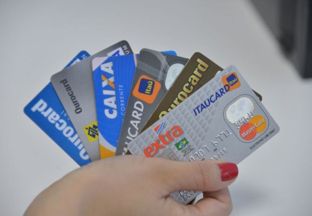 A taxa média do rotativo do cartão de crédito subiu 4,1 pontos percentuais em relação ao outubro, chegando a 279,8% ao ano, no mês passado (Foto: Arquivo Agência Brasil)