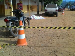 Vítima conversava com cliente na frente de bar, em Monte Negro (Foto: Thaina Mariani/Rondônia Vip)