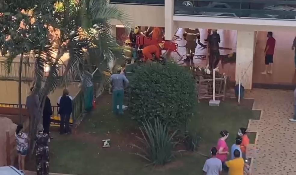 Dois funcionários são soterrados em obra em Brasília, nesta terça-feira (11) — Foto: Arquivo pessoal