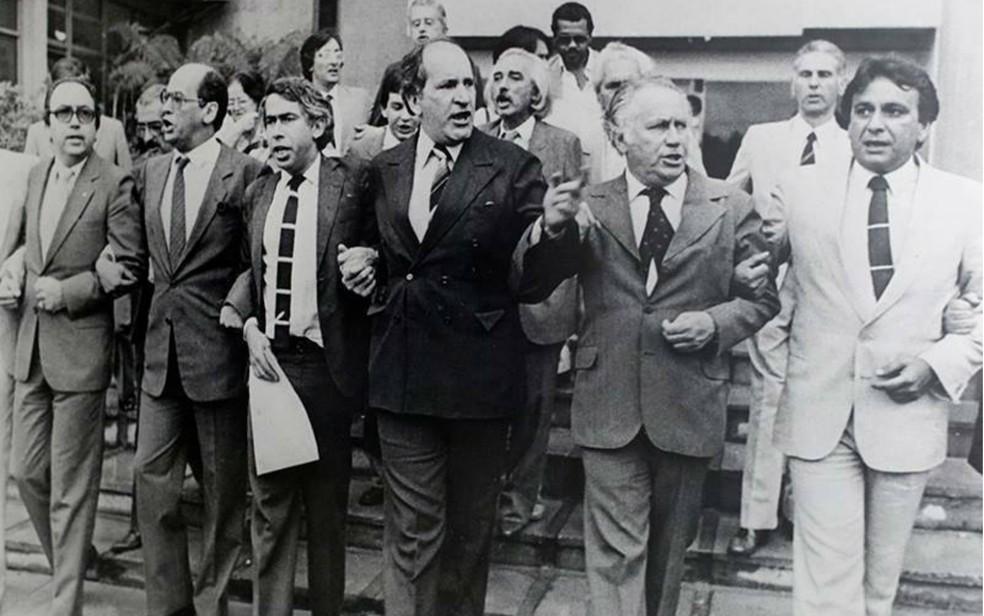 O advogado Luiz Carlos Sigmaringa Seixas (centro), em foto de 1983, quando advogados defendem a OAB-DF da interdição dos militares — Foto: Reprodução