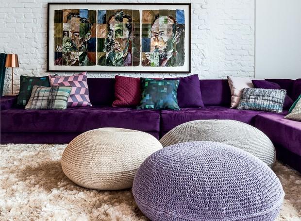 Com almofadas da Donatelli, L'Oeil e da Empório Beraldin, o sofá modular da Dpot compõe a sala de TV com os pufes da Collectania, na Auping. O tapete é da Abade. Na parede, obra de Carlos Matuck (Foto: Lufe Gomes/Editora Globo)