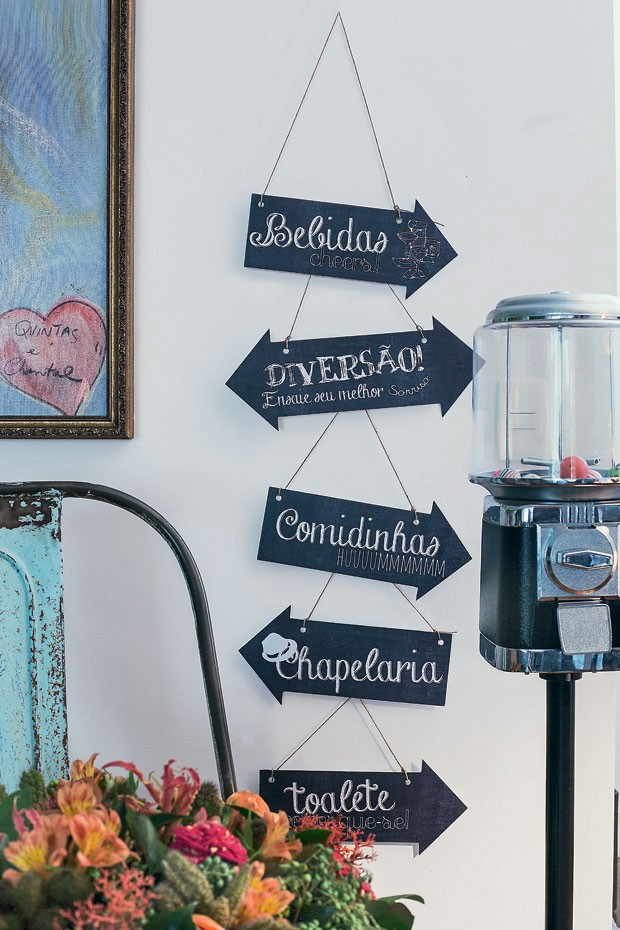 Setas penduradas são um jeito simpático de apresentar os cômodos da casa. Placas da Ninguém Mais Tem, arranjo de flores Bothanica Paulista (Foto: Rogério Voltan/Editora Globo)