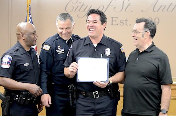 Dean Cain em cerimônia da polícia (Foto: Divulgação)