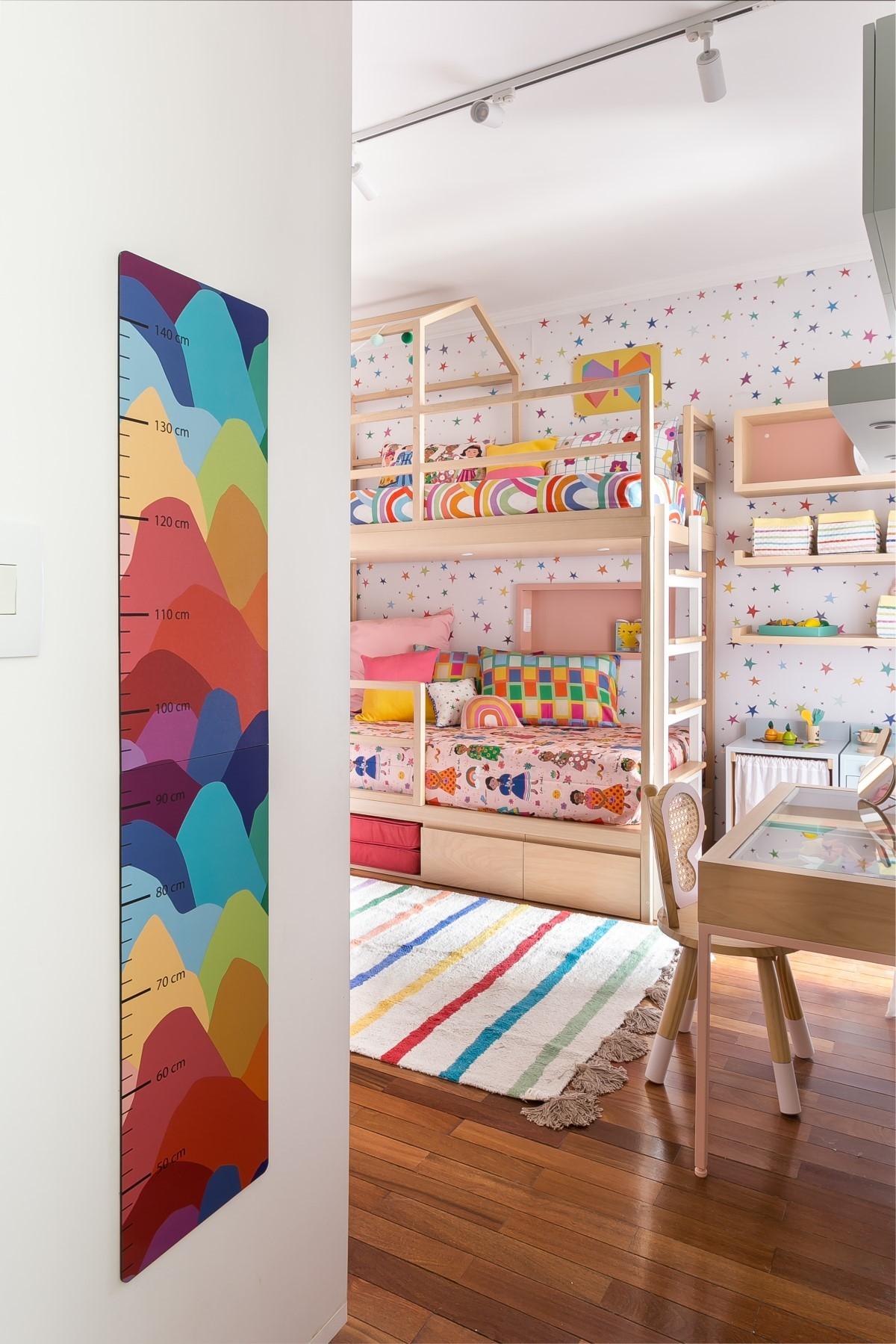 stanza |  All'ingresso della stanza c'è un'asse fissa che misura l'altezza del bambino.  I colori vivaci rendono lo spazio interessante (Foto: Pubblicità/Renata D'Almeida)
