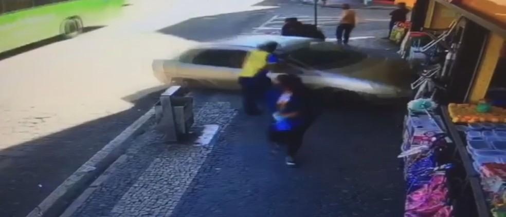 Carro desgovernado invade loja em Duque de Caxias, RJ — Foto: Reprodução