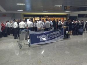 Pilotos e comissários fazem greve no Afonso Pena, em Curitiba  (Foto: Edi Carlos / RPC)