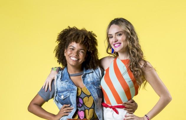 A história de Manuzita mudará quando Kika (Jeniffer Nascimento), sua melhor amiga, avisar sobre um teste para o elenco de um filme rodado em Armação do Sul (Foto: TV Globo)